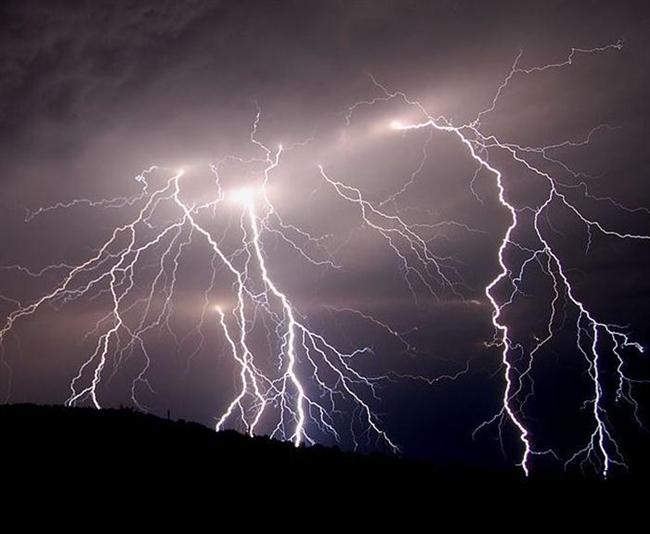 Άνοιξαν οι ουρανοί στην Εύβοια με τοπικές φωτιές