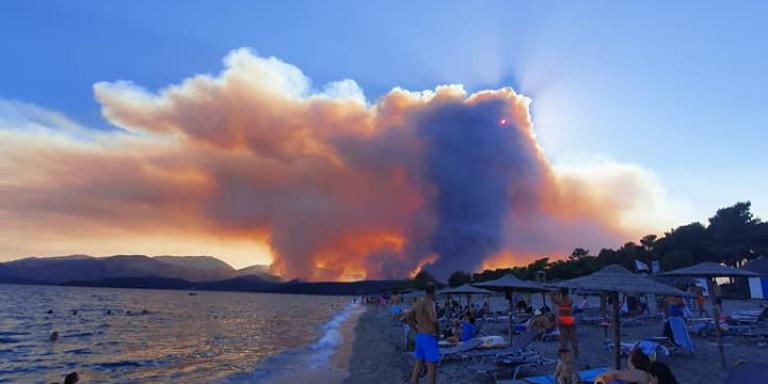 Ανεξέλεγκτη η φωτιά στη Μάνη, Ανεξέλεγκτη η φωτιά στη Μάνη: Ορατά από το διάστημα τα πύρινα μέτωπα -Προμηνύεται δύσκολη νύχτα [εικόνες & βίντεο], Eviathema.gr | Εύβοια Τοπ Νέα Ειδήσεις