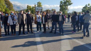 Ερέτρια Ευβοίας έκλεισε ο δρόμος, Ερέτρια: Κινητοποίηση το πρωί της Κυριακής ενάντια στην εγκατάσταση μεταναστών [ΦΩΤΟΓΡΑΦΙΑ], Eviathema.gr   Εύβοια Τοπ Νέα Ειδήσεις