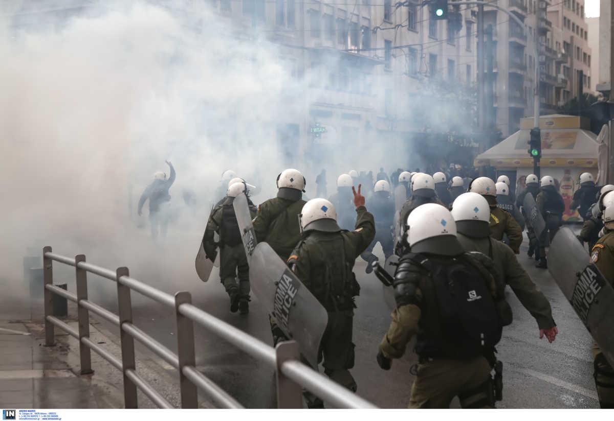 , Άγρια επεισόδια στα Προπύλαια – «Κατέβηκαν» οι αύρες για να διαλύσουν την συγκέντρωση του ΚΚΕ (pics, video), Eviathema.gr   Εύβοια Τοπ Νέα Ειδήσεις