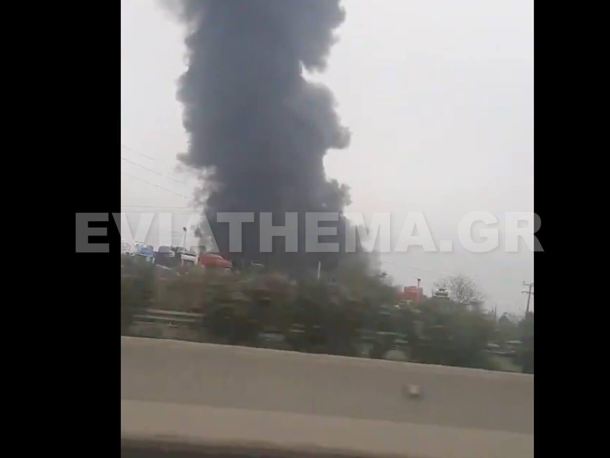 Μεγάλη πυρκαγιά ξέσπασε λίγο μετά τις 5 το απόγευμα της Κυριακής Σχηματάρι, ΤΩΡΑ – Μεγάλη φωτιά σε εργοστάσιο στο Σχηματάρι – Τραυματισμένος με εγκαύματα ο Ιδιοκτήτης [BINTEO], Eviathema.gr | ΕΥΒΟΙΑ ΝΕΑ - Νέα και ειδήσεις από όλη την Εύβοια