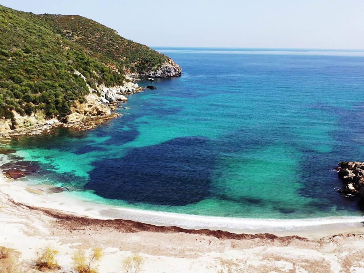 Μάγειρας: Η ερημική παραλία στην Εύβοια, Μάγειρας: Η ερημική παραλία στην Εύβοια με τη λευκή αμμουδιά και τα γαλαζοπράσινα νερά, Eviathema.gr   Εύβοια Τοπ Νέα Ειδήσεις