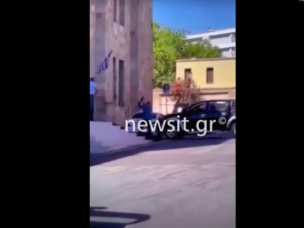 , Ρόδος: Η στιγμή που υπαστυνόμος σπάει το αυτοκίνητο του διευθυντή του – Βίντεο Ντοκουμέντο, Eviathema.gr | Εύβοια Τοπ Νέα Ειδήσεις