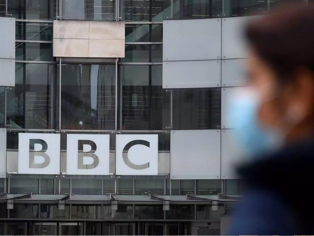 , Επικό: «Λάθος» πλάνο «έκαψε» παρουσιαστή του BBC – Φορούσε σορτσάκι κάτω από το κοστούμι! (vid, pic), Eviathema.gr   Εύβοια Τοπ Νέα Ειδήσεις
