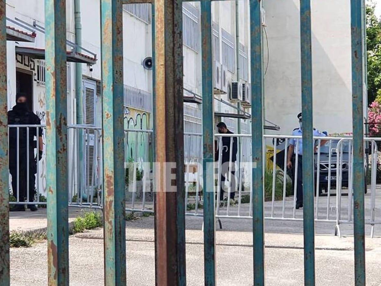 Πάτρα: Από τη φυλακή στο Εξεταστικό κέντρο, Πάτρα: Από τη φυλακή στο Εξεταστικό κέντρο- Kρατούμενος δίνει πανελλήνιες- ΦΩΤΟ, Eviathema.gr | Εύβοια Τοπ Νέα Ειδήσεις