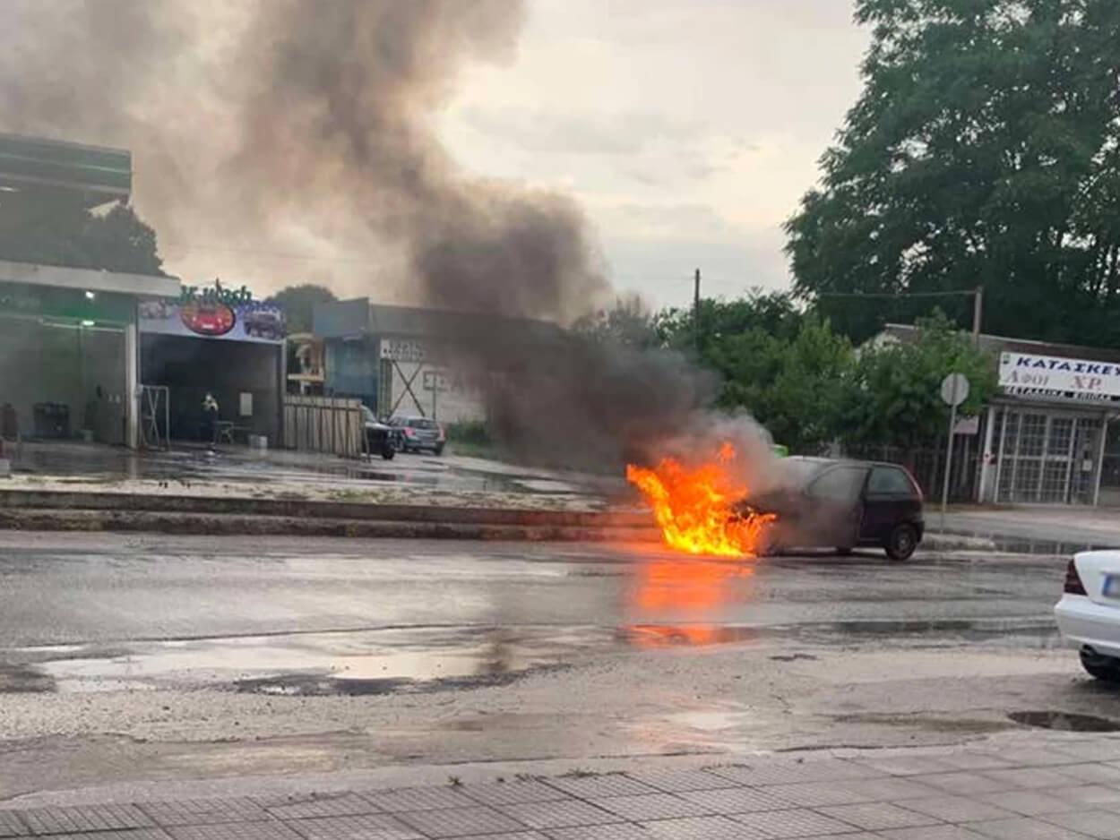 , Τρόμος στα Τρίκαλα: Αυτοκίνητο «τυλίχτηκε» στις φλόγες μπροστά από πρατήριο καυσίμων, Eviathema.gr | Εύβοια Τοπ Νέα Ειδήσεις