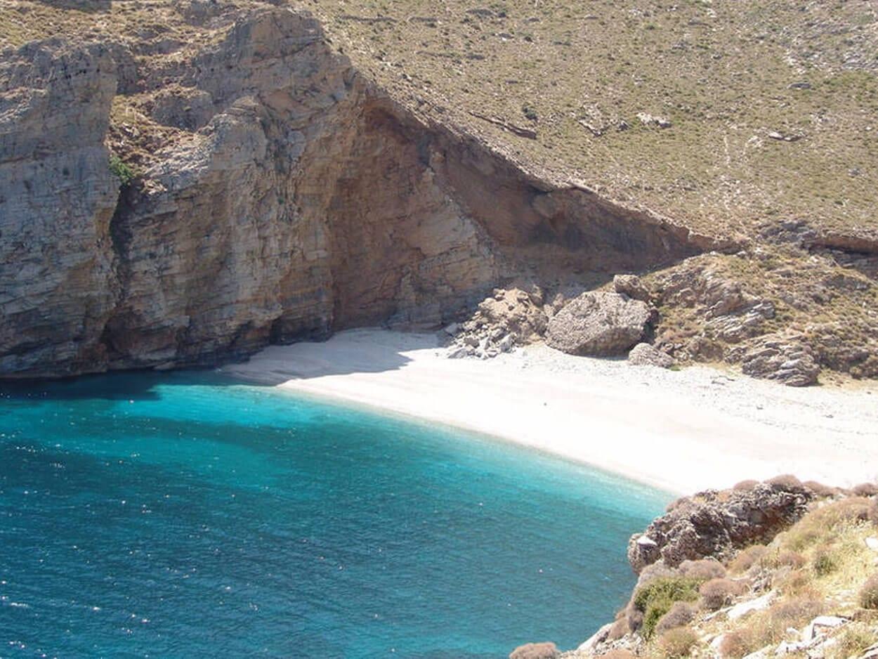 παραλία της Εύβοιας με τη σπάνια λεύκη άμμο
